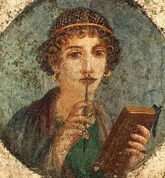 Bir duvar resminde; kalem ve ahşap tablet kullanan genç bir kadın